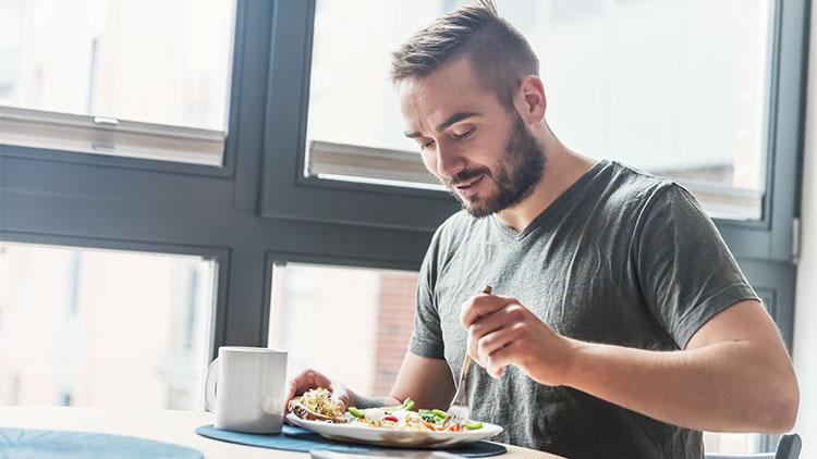 Man eating a healthy breakfast